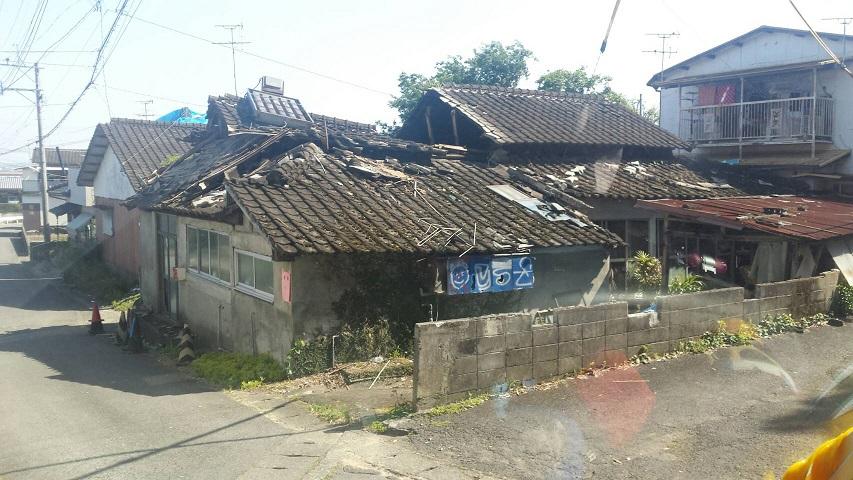 屋根が壊れた家屋